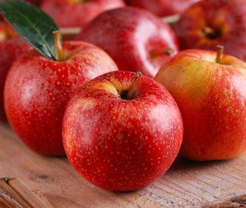 mele rosse biologiche sul tavolo di legno