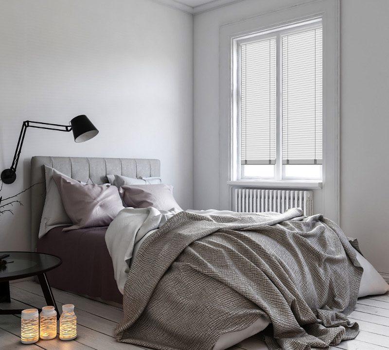sypialnia-i-biale-zaluzje